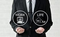 残業時間は月平均10時間未満<br /> プライベートと仕事を両立できる!